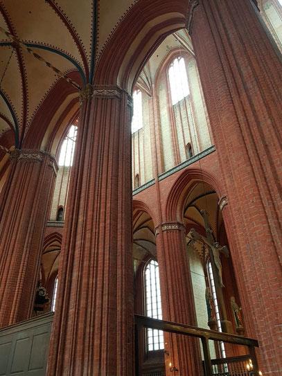 Kirche St. Nikolai mit sehr hohem Kirchenschiff