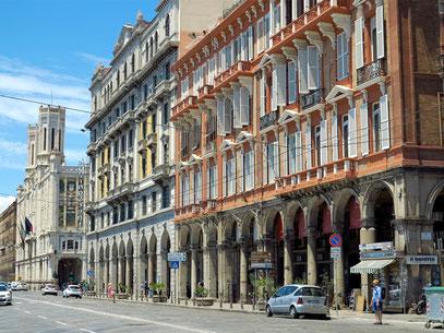 Via Roma, im Hintergrund das Rathaus