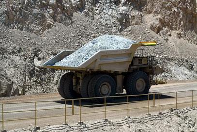 Einer von 100 Muldenkipper, die das Erz aus der Grube transportieren