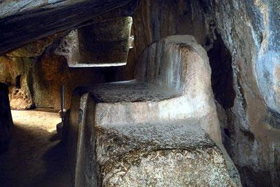 """Sacsayhuamán. Gemeißelter Steinsitz, """"Thron des Inka"""" genannt"""