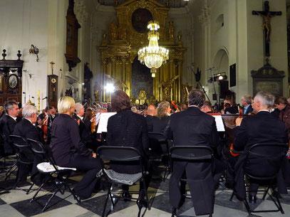 ... warten auf ihren Dirigenten und die Vokalsolisten.