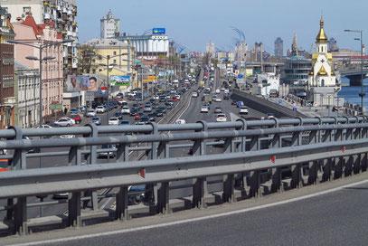 Stark befahrene Verkehrsstraße am Fluss Dnipro