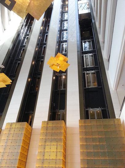 Innenhof des Hyatt Regency Hotels mit Aufzügen