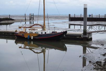 Plattschiff im Yachthafen bei Niedrigwasser