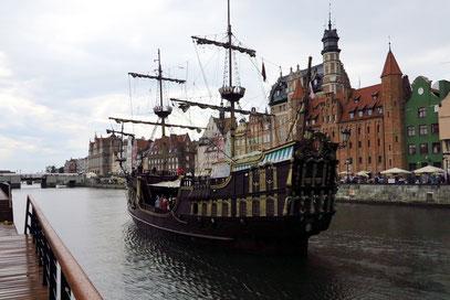 Piratenschiff auf der Moltawa in Gdansk