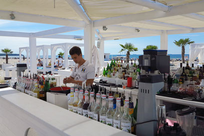 Beach-Ambiente mit Lounge-Bar