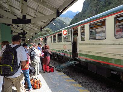 Aguas Calientes ist von Steilwänden aus Fels und Nebelwald umgeben und ist nur über eine Schmalspurbahn von Cusco aus erreichen.