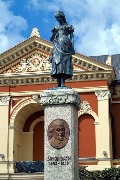 """Klaipeda (Memel). Historisches Stadttheater mit dem Simon-Dach-Brunnen und dem Denkmal """"Ännchen von Tharau"""""""
