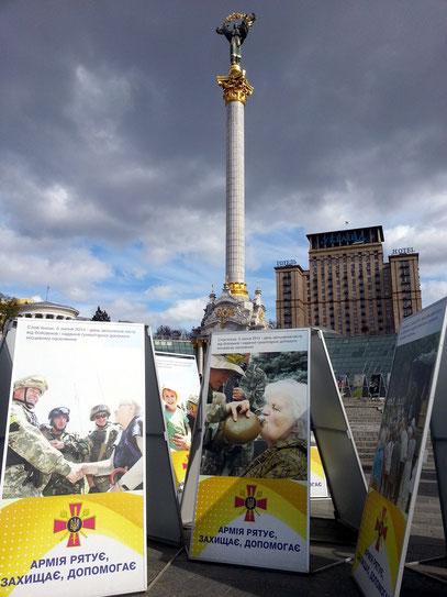 Werbetafeln auf dem Majdan Nesaleschnosti erinnern an den Krieg in der Ostukraine.