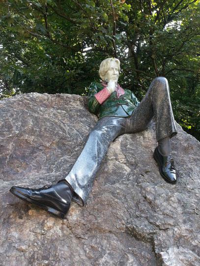 Oscar Wilde, irischer Schriftsteller, 1854 - 1900, auf einem Granitfelsen im Merrion Square Park
