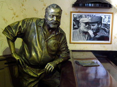 Bronzestatue Hemingways in der Bar El Floridita