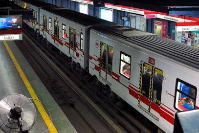 Metro-Station Santa Lucía. Viele Metro-Stationen Santiagos sind kulturelle Sehenswürdigkeiten.