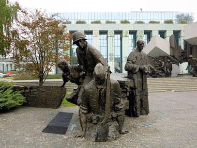 Es wurde auf dem Krasiński-Platz vor dem Gebäude des Obersten Gerichts nach Entwurf von Wincenty Kućma und Jacek Budyn erbaut.