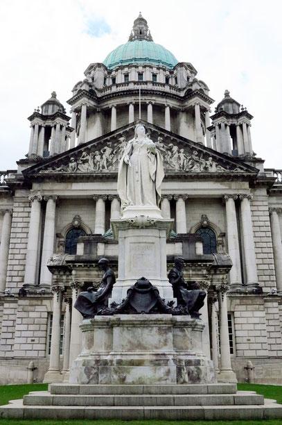 Rauthaus von Belfast mit Queen-Victoria-Denkmal, Blick nach S