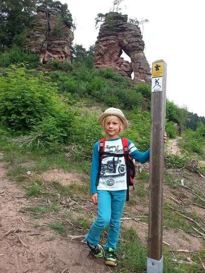 Wanderweg Dahner Felsenpfad, im Hintergrund der Schillerfelsen