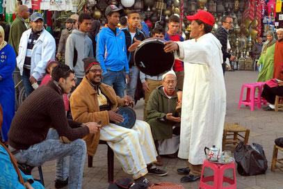 Junger Tuareg auf dem Djemaa el Fna (links). Er war der einzige, der ein angebotenes Trinkgeld für das Foto ablehnte. Alle anderen kamen auf den Fotografen zugestürmt, wenn er schon die Kamera bereit machte.