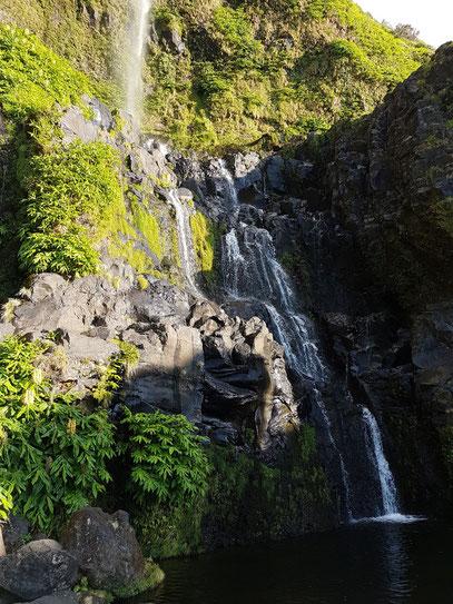 90 m hoher Wasserfall Poço do Bacalhau mit Wasserbecken