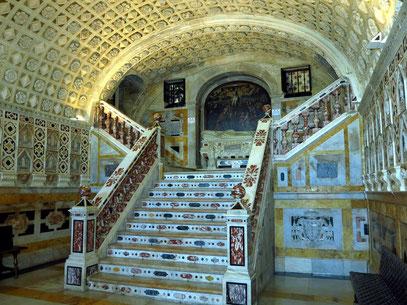 Krypta der Kathedrale. Das Gewölbe ist mit 600 Rosetten verziert.