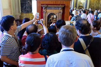 Andrang vor Leonardo da Vincis Gemälde Madonna mit der Blume