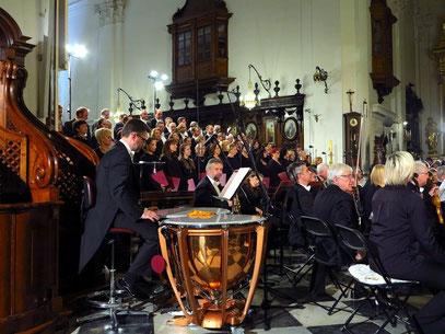 Chorsänger und Orchestermusiker ...
