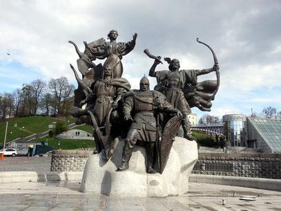 Brunnen der Stadtgründer mit den Statuen der vier legendären Gründer Kiews: Kyj, Schtschek, Choriw und Lybid