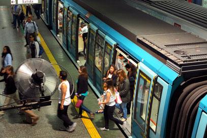 Die 1975 eröffnete Metro de Santiago besitzt das drittälteste und größte U-Bahn-Netz Südamerikas.