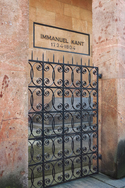 Grabmal Immanuel Kants neben dem Königsberger Dom