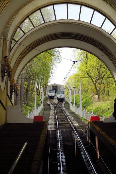 Die Standseilbahn Kiew verbindet die Kiewer Stadtteile Postviertel in der Unterstadt (Podil) ...