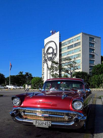 Informationsministerium mit Portrait von Camilo Cienfuegos