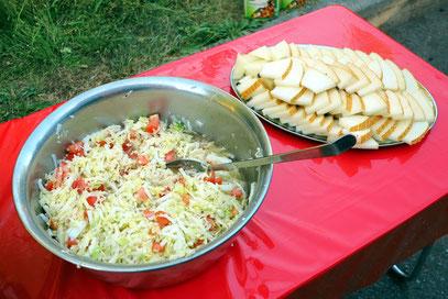 Salat und Melonen als Beigabe zum Abendessen