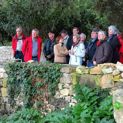 Buskett Gardens, Reisegruppe mit maltesischer Reiseleiterin Marisa
