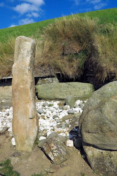Knowth. Eingang zum Westgang des Haupthügelgrabes