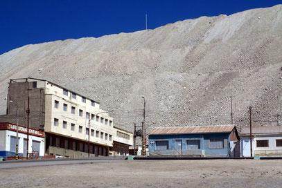 Geisterstadt Chucicamata am Fuß der Halde