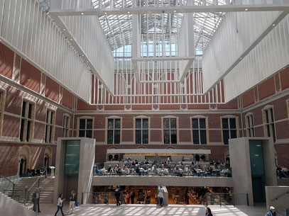 Rijksmuseum. Atrium mit Café und Museums-Shop