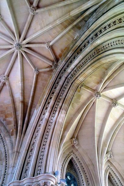 Deckengewölbe der neugotische Kirche