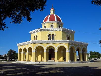 Mausoleum in der Mitte der Anlage von 1868