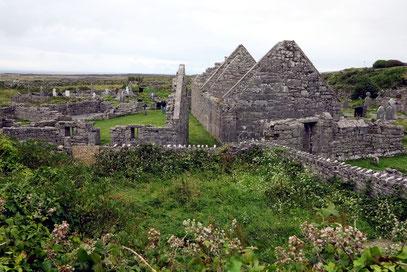 Kirchenruinen und Friedhöfe auf Inishmore