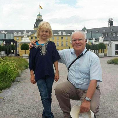 Alex und Opa Frank vor dem Schloss Karlsruhe
