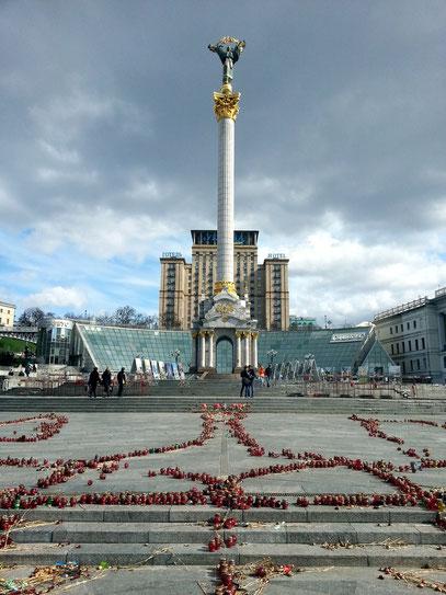 Majdan Nesaleschnosti. Blumen und Grableuchten erinnern an die Opfer der Kämpfe des Euromaidan im Februar 2014.