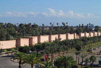 Blick auf die Mauer des Hotels Mamounia. im Hintergrund der Hohe Atlas