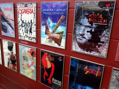 Opernplakate im Foyer