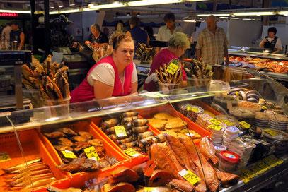 Fischhalle. Typisch lettisch sind alle Arten von geräuchertem Fisch.