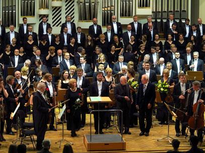 ... der Chorleiterin Teresa Majka-Pacanek (links) und des Dichters Adam Zagajewski (2.v.r.), in der Mitte Dirigent Lucasz Borowicz