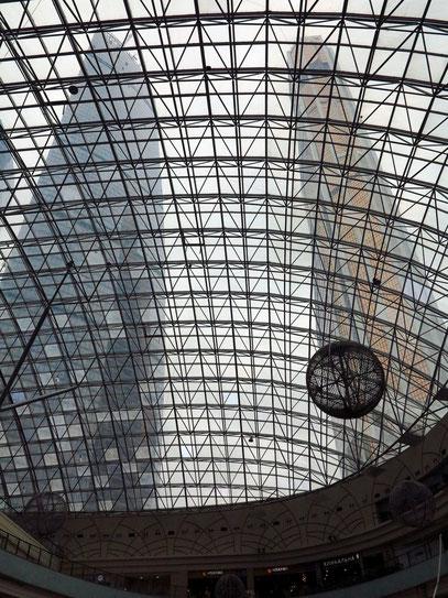 Blick zum Glasdach des Einkaufszentrums