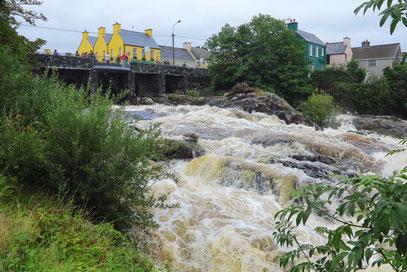 Sneem. River Owreagh nach tagelangen Regenfällen