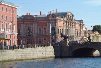 Anitschkow-Brücke über die Fontanka mit den vier Rossebändigern