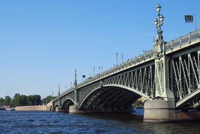 Die Troizki-Brücke von 1903 überquert die Newa. Länge 582 m