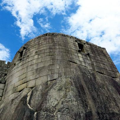 El Torreón, ein halbrunder Turm, umschließt fast in einem Halbkreis den heiligen Felsen, im Innern auf der Felsoberfläche kleine Opfertische