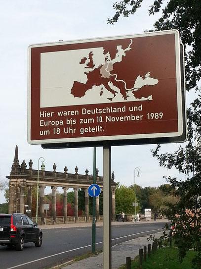 Die Glienicker Brücke verbindet über die Havel hinweg die Städte Berlin und Potsdam, weltweit bekannt durch den spektakulär inszenierten dritten und letzten Agentenaustausch am 11. Februar 1986.