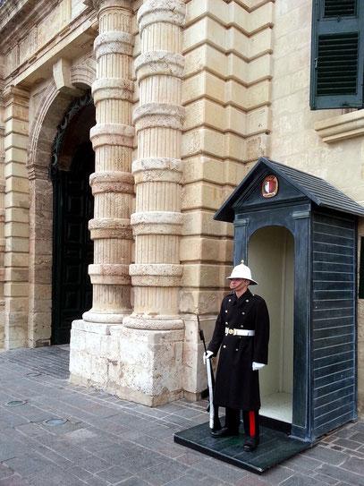 Wache vor dem Großmeisterpalast